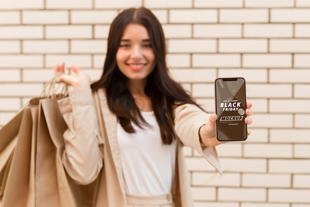 Frau mit schwarzem freitag smartphone modell