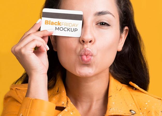 Frau mit schwarzem freitagskonzept mit kreditkarte