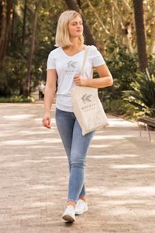 Frau mit taschenmodellkonzept