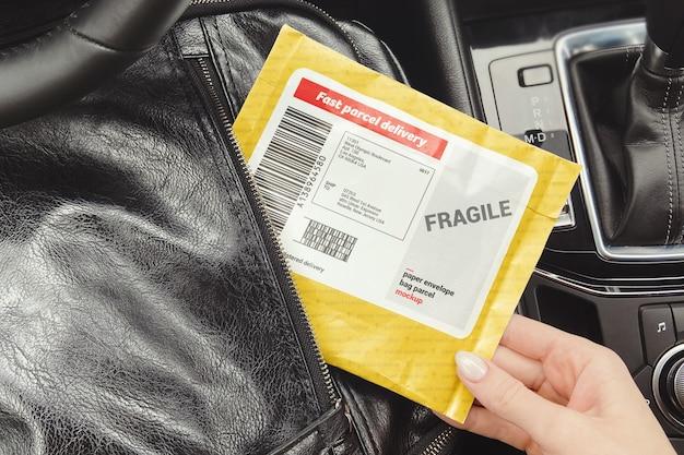 Frau nimmt ein paket von einem rucksackmodell