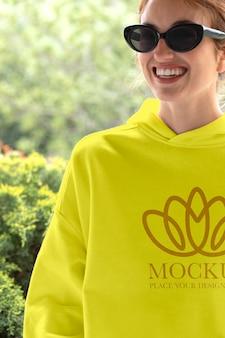 Frau trägt einen mock-up-hoodie
