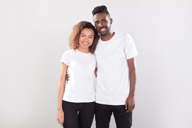 Frau und mann, die hemdenmodell tragen