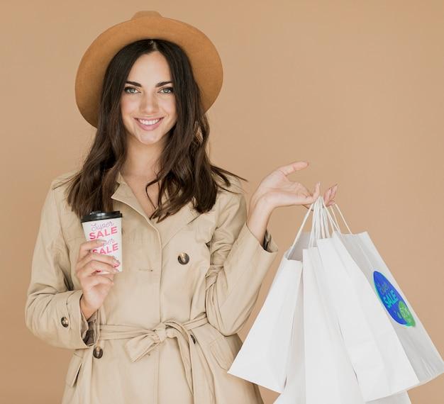 Frau von einkaufsüberfällen auf werbekampagne