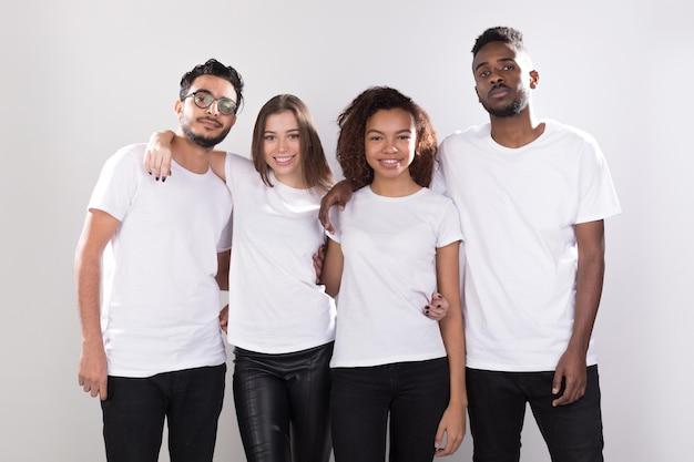 Frauen und männer, die hemdenmodell tragen