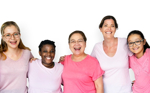 Frauengruppe, die zusammen, feminismus und brustkrebsbewusstseinskonzept lächelt