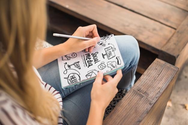 Frauenschreiben auf notizblockmodell