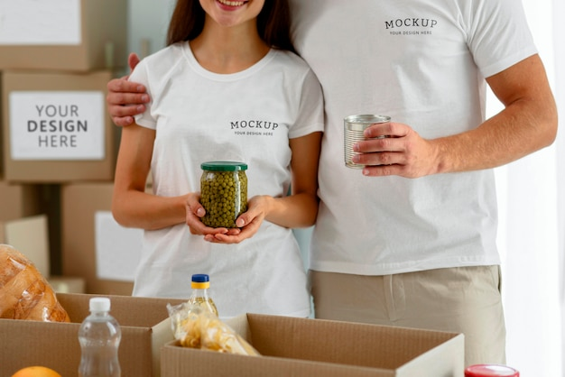 Freiwillige posieren zusammen und bereiten kisten mit proviant für spenden vor