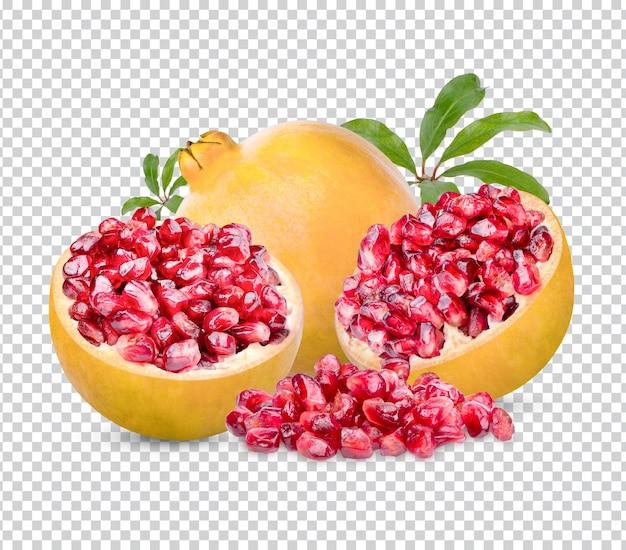 Frischer reifer granatapfel mit den blättern isoliert