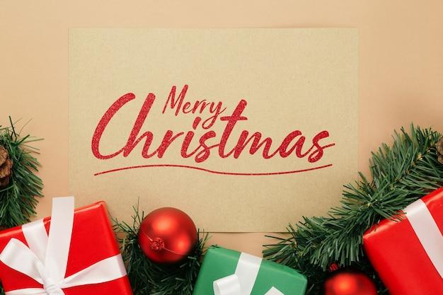 Frohe weihnachten grußkarte modell mit weihnachtsgeschenken dekorationen