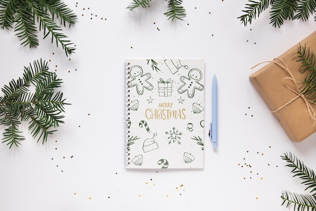 Frohe weihnachten notebook auf einem tisch