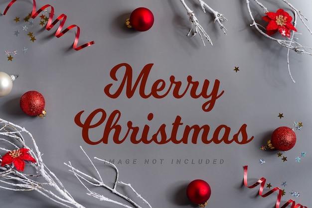 Frohe weihnachten schriftzug mit modelldekoration