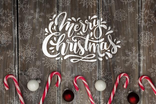 Frohe weihnachtsbotschaft neben zuckerstange