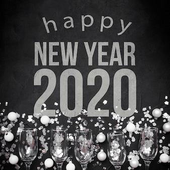 Frohes neues jahr 2020 mit kugeln und gläsern