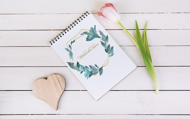 Frühlingsnotizbuch-modell mit zierpflanze in der draufsicht