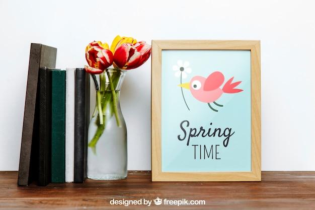 Frühlingsrahmenmodell mit büchern und vase blumen