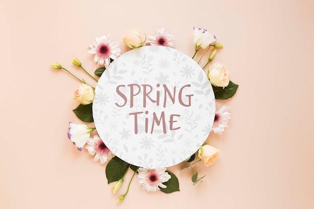 Frühlingszeitnachricht mit blumen