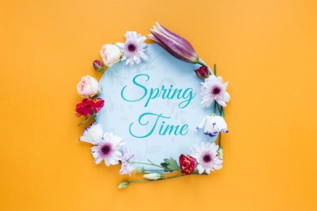 Frühlingszeitnachricht und blumenrahmen