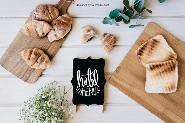 Frühstück mockup mit croissants und toast