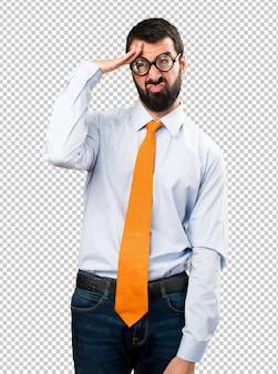 Frustrierter lustiger mann mit brille