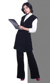 Ganzkörper-snap-figur, 20er jahre asian business woman smart in anzughosen, isoliert. gebräunte haut büromädchen hat kurze schwarze haare stehen in richtung lächeln über weißem hintergrund studio sitzen auf stuhl