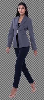 Ganzkörper-snap-figur, 20er jahre asiatische geschäftsfrau smart in grauer blazer-anzughose, isoliert. gebräuntes hautmädchen hat langes glattes schwarzes haar, das in richtung zum lächeln über weißem hintergrundstudio geht