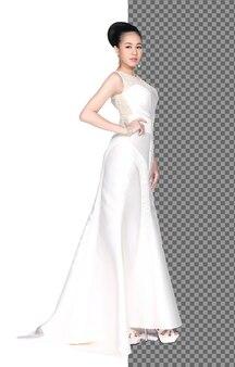 Ganzkörperporträt der 20er jahre asiatin tragen perle abendkleid langes ballkleid, isoliert. gebräunte haut mädchen stehen fashion posiert elegante pailletten-spitze-ärmel auf weißem hintergrund