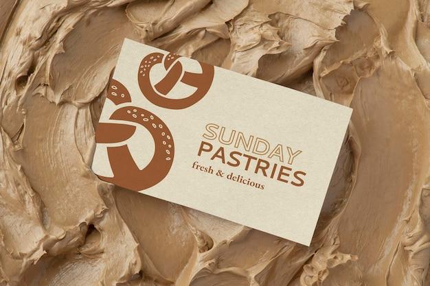 Gebäck-visitenkartenmodell psd auf brauner zuckergussbeschaffenheit
