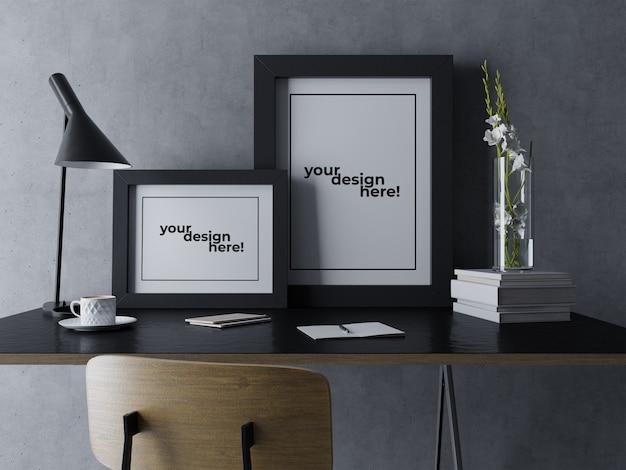 Gebrauchsfertige zwei plakat-rahmen-spott ups-design-schablone, die auf schreibtisch im schwarzen unbedeutenden arbeitsplatz sitzt