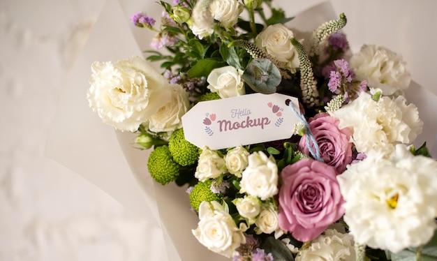 Geburtstagsblumen mit tag-mock-up-anordnung