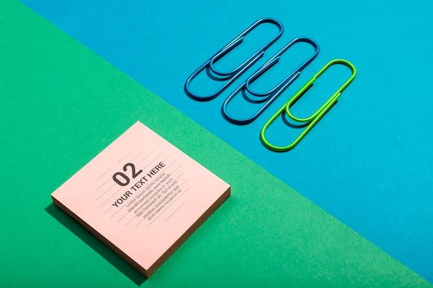 Gedächtnisnotizblock und -clips der hohen ansicht, die schreibtischkonzept knolling sind
