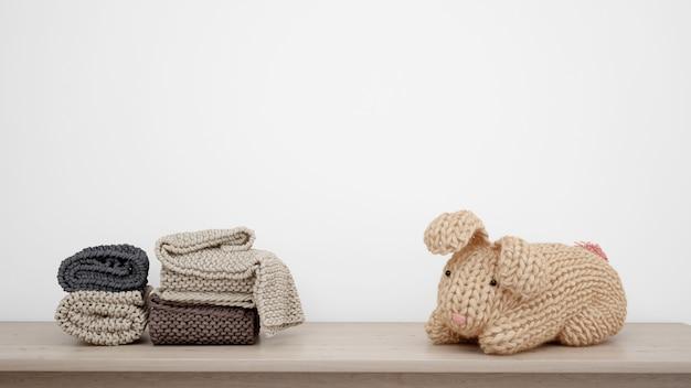 Gefüllter hase und handtücher