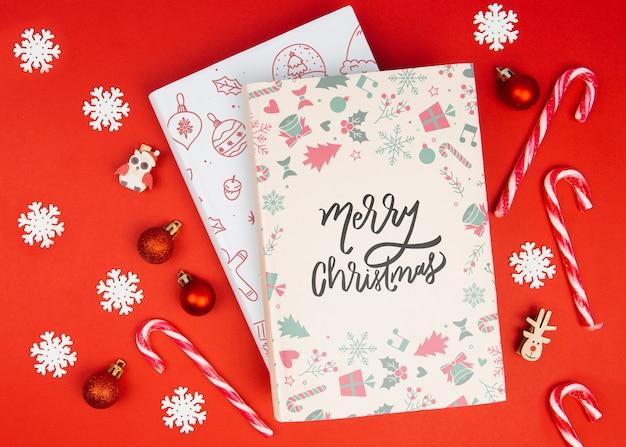 Gekritzelbuch der frohen weihnachten mit weihnachtsbällen und -schneeflocken