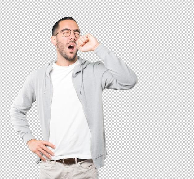 Gelangweilter junger mann gähnt geste