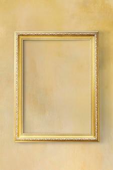 Gelber klassischer bilderrahmen an einer gelben wand