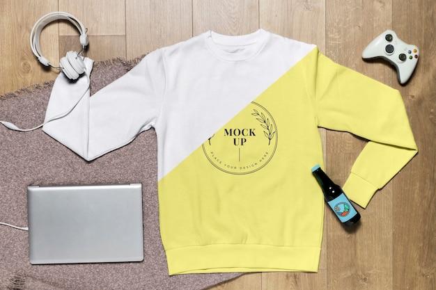 Gelbes hoodie-modell der draufsicht mit gadget und flasche