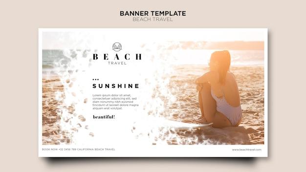 Genießen sie die beste sommerzeitfrau, die auf sandfahne sitzt