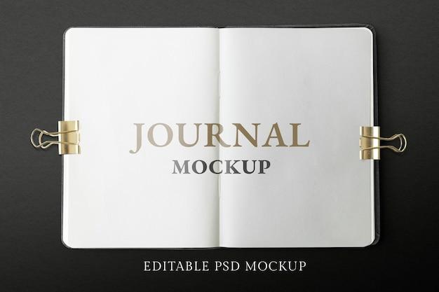 Geöffnete journalseiten mockup psd auf schwarzem hintergrund