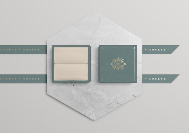 Geöffnete schmuckschatulle auf marmor mit goldenem symbol