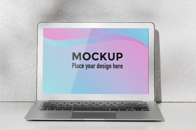 Geöffneter laptop mit bildschirmmodell