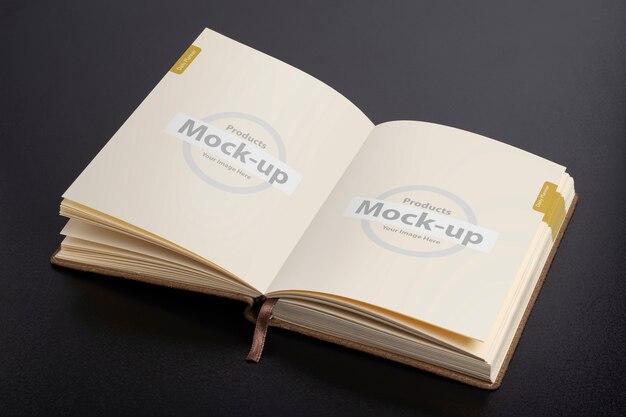 Geöffnetes tagesplaner-notizbuch mit smart-object-pages-modell