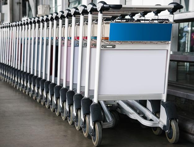 Gepäckwagen am flughafen mit zeichenmodell