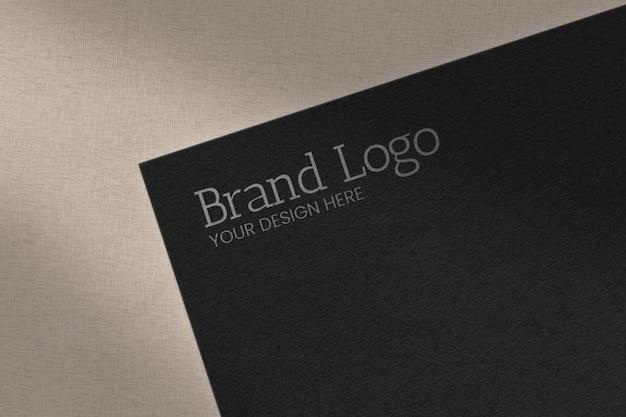 Geprägter logo-text mit schatten im marmoroberflächenmodell
