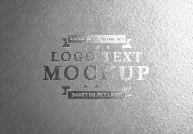 Geprägter silberner texteffekt auf aluminiumplatte
