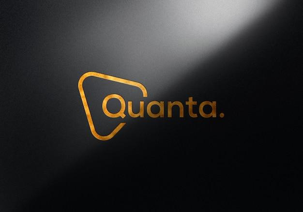 Geprägtes gold-logo-modell an der wand