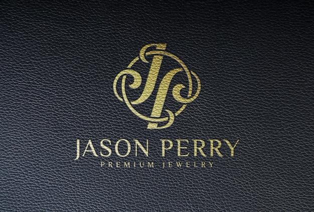 Geprägtes goldenes logo-mockup auf schwarzem leder
