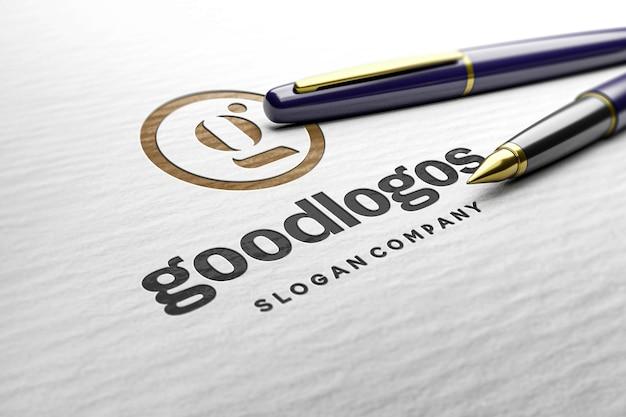Geprägtes logomodell auf weißer papierstruktur und stift