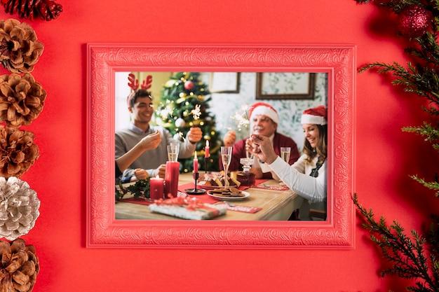 Gerahmtes familienfoto mit tannenzapfen