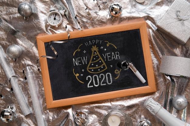 Gerahmtes schwarzes tafelmodell mit neujahrsparty