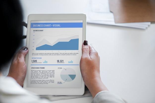 Geschäftsanalysediagramm auf digitaler tablette