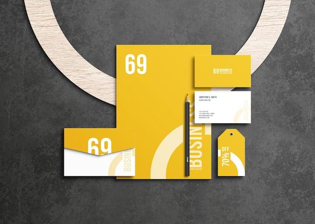 Geschäftsbriefpapier-modell mit bleistift